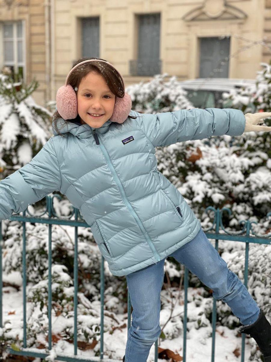 La princesse Athena de Danemark dans la neige à Paris. Une des photos diffusées pour ses 9 ans, le 24 janvier 2021