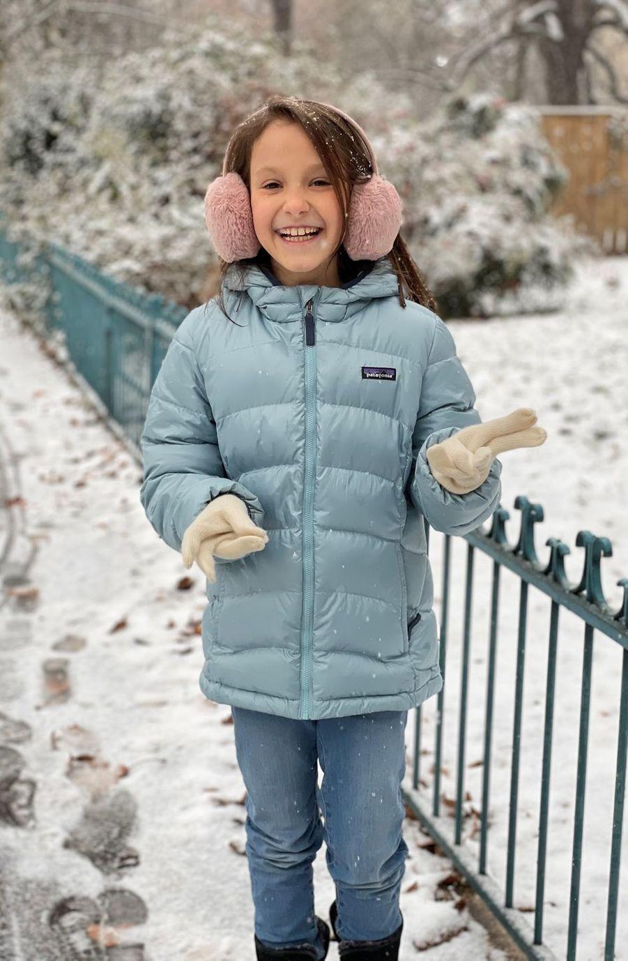 La princesse Athena de Danemark dans la neige à Paris, une des photos diffusées pour ses 9 ans, le 24 janvier 2021
