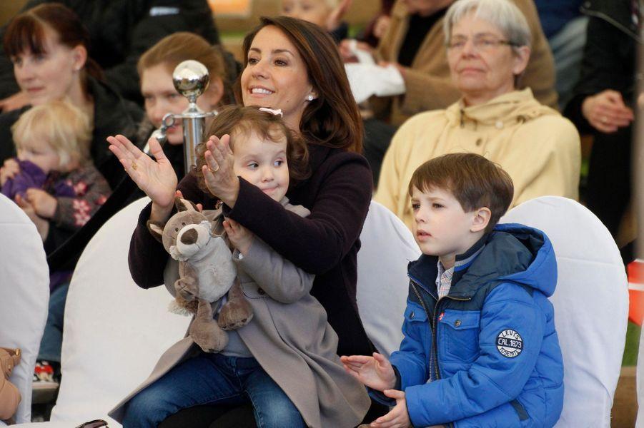 Les princesses Marie et Athena et le prince Henrik de Danemark au zoo d'Aalborg, le 19 avril 2015