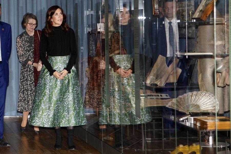 """La princesse Mary de Danemark visite l'exposition """"Fashioned from Nature"""" à Copenhague, le 12 avril 2019"""