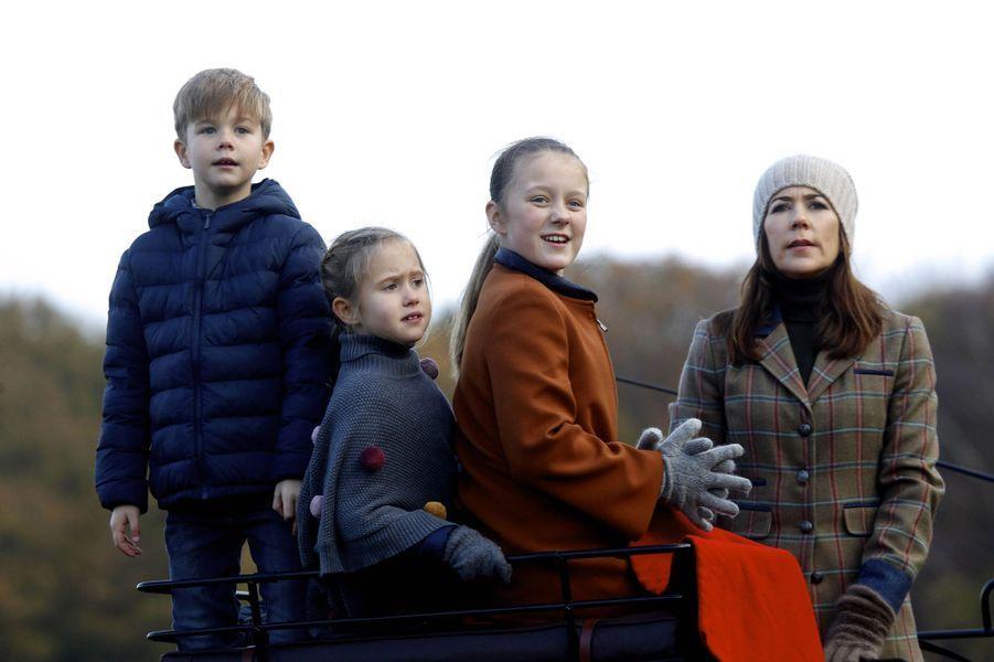 La princesse Mary et le prince Frederik de Danemark avec les princesses Isabella et Josephine et le prince Vincent à Klampenborg, le 4 novembre 2018