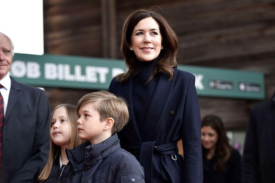 La princesse Mary de Danemark avec ses jumeaux la princesse Josephine et le prince Vincent, à Copenhague le 11 avril 2019