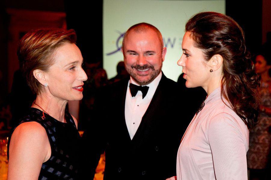 La princesse Mary de Danemark avec l'actrice Christine Scott Thomas à Londres, le 12 mars 2015