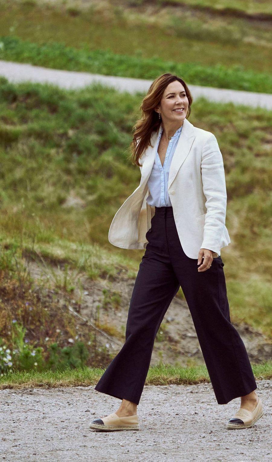 La princesse Mary de Danemark, chaussée d'espadrilles Chanel, à Ringkøbing le 12 juin 2020