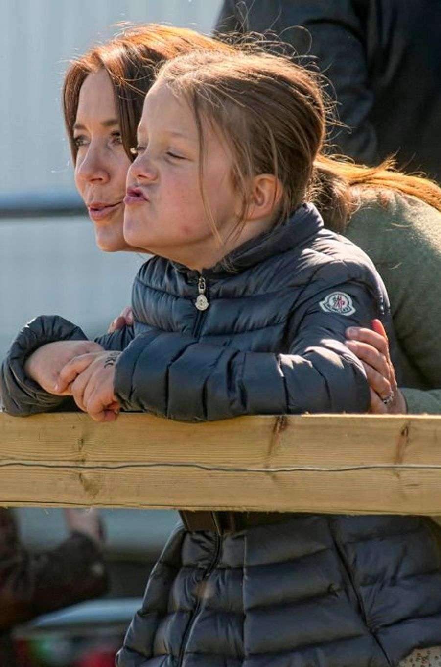La princesse Mary de Danemark avec la princesse Isabella à Kirke Hyllinge, le 19 avril 2015