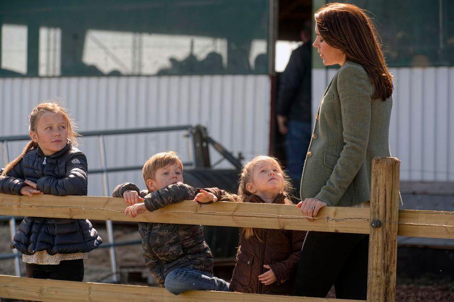 La princesse Mary de Danemark et ses enfants à Kirke Hyllinge, le 19 avril 2015