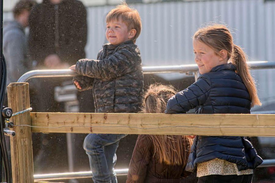 Les princesses Isabella et Joséphine et le prince Vincent de Danemark à Kirke Hyllinge, le 19 avril 2015