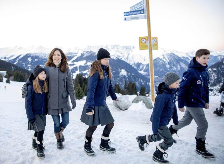 La princesse Mary de Danemark et ses quatre enfants à Verbier en Suisse, le 6 janvier 2020