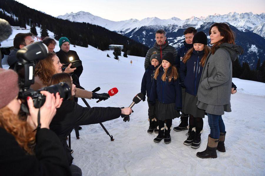 La princesse Mary et le prince héritier Frederik de Danemark avec leurs quatre enfants à Verbier en Suisse, le 6 janvier 2020