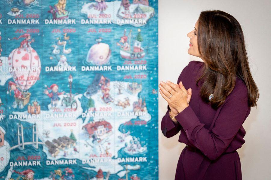 La princesse Mary de Danemark, dans un ensemble violet, à Roskilde le 26 octobre 2020