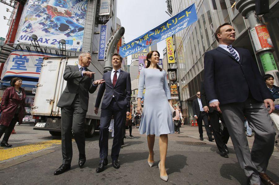 La princesse Mary et le prince Frederik dans le quartier de Shibuya à Tokyo, le 28 mars 2015