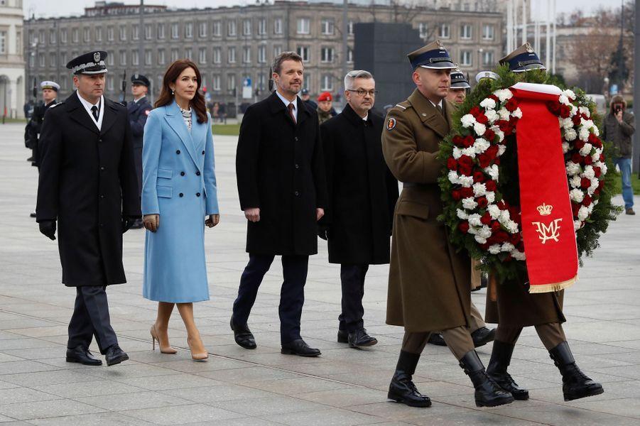 La princesse Mary, en bleu ciel, et le prince Frederik de Danemark à Varsovie, le 25 novembre 2019