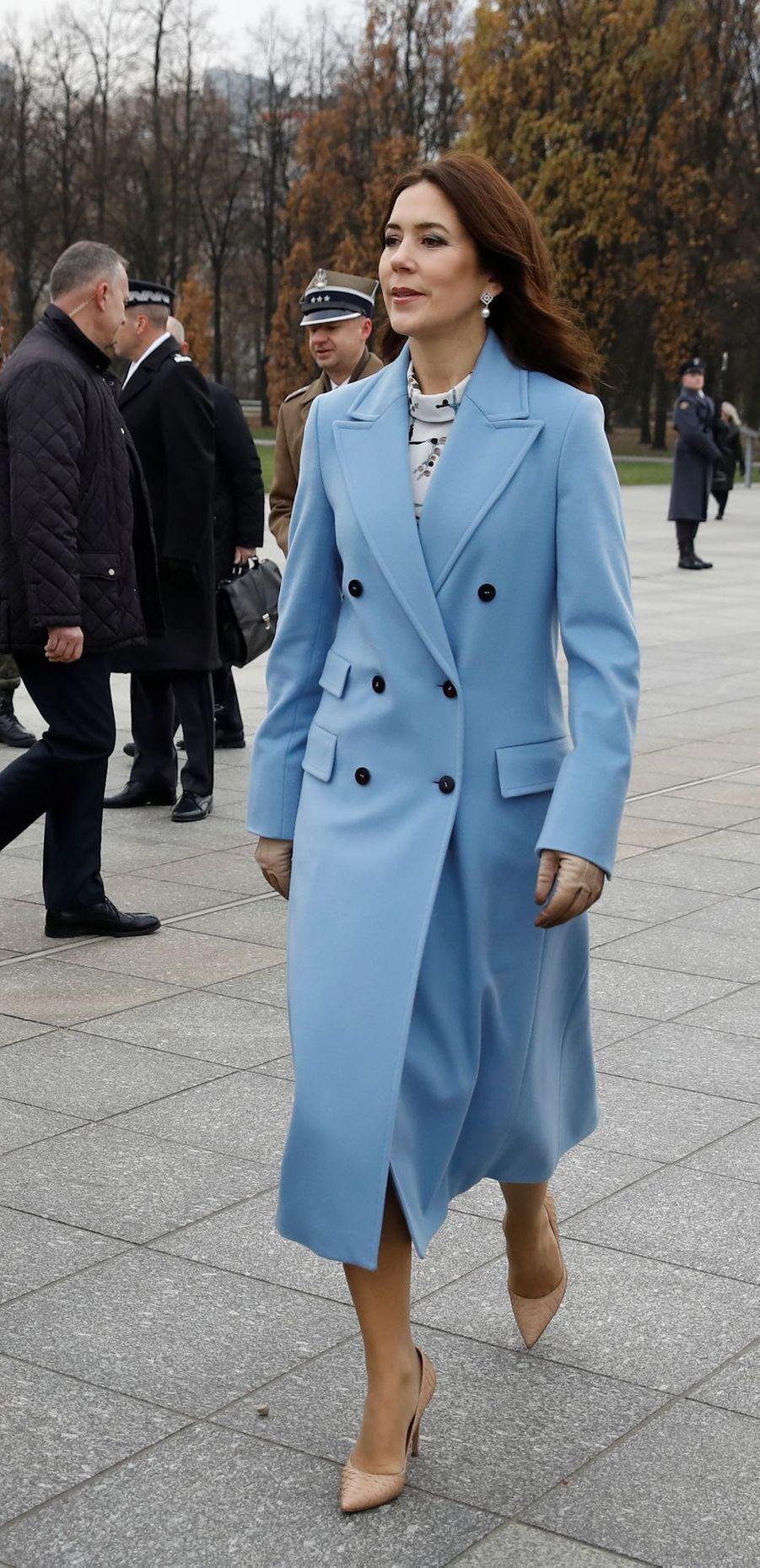 La princesse Mary de Danemark, en bleu ciel, à Varsovie le 25 novembre 2019
