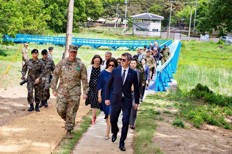 La princesse Mary et le prince Frederik de Danemark dans la zone démilitarisée entre la Corée du Sud et la Corée du Nord, le 20 mai 2019
