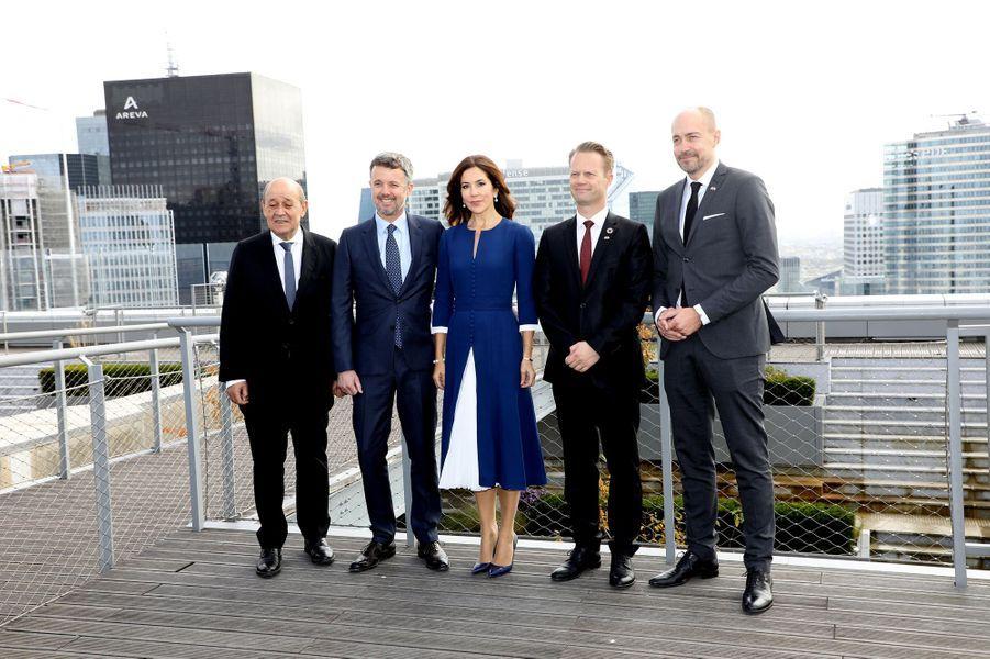 Le prince Frederik de Danemark et la princesse Mary avec le ministre des Affaires étrangères français Jean-Yves Le Drian à Paris, le 7 octobre 2019