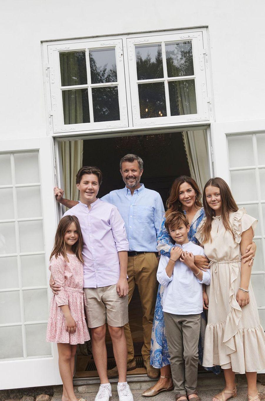 Le prince héritier Frederik de Danemark avec la princesse Mary et leurs enfants. Photo diffusée le 31 août 2020
