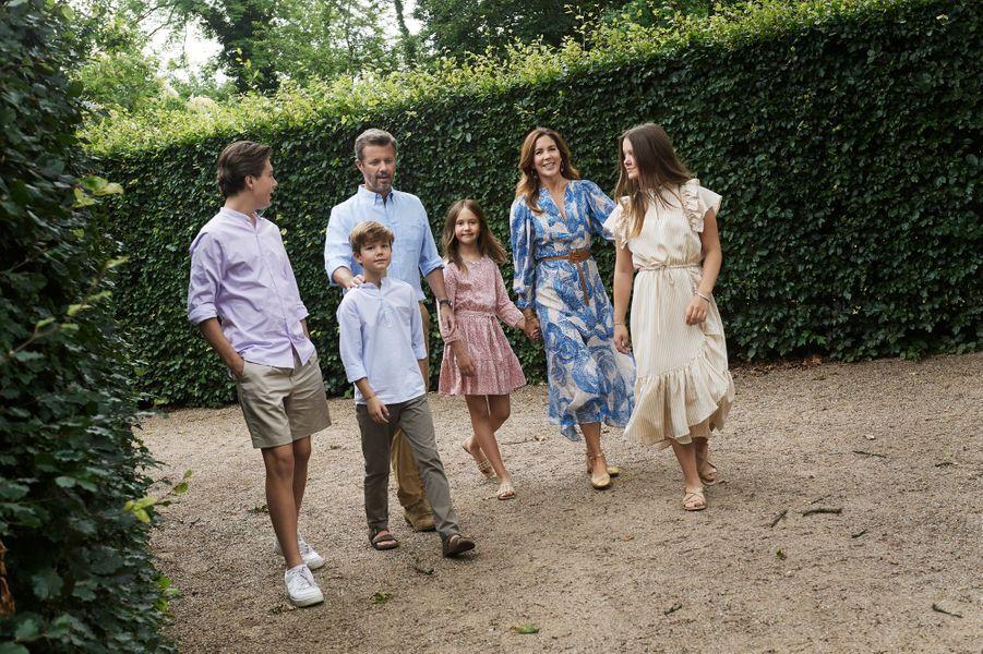 Le prince héritier Frederik et la princesse Mary de Danemark avec leurs enfants. Photo diffusée le 31 août 2020