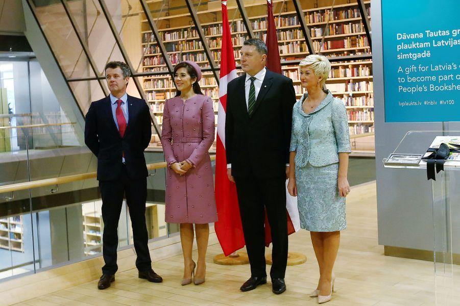 La princesse Mary et le prince Frederik de Danemark avec le couple présidentiel letton à Riga, le 6 décembre 2018