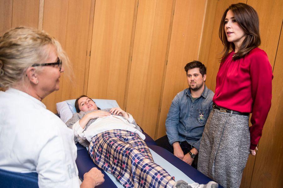 La princesse Mary de Danemark dans le service cardiologie du Rigshospitalet à Copenhague, le 8 octobre 2018