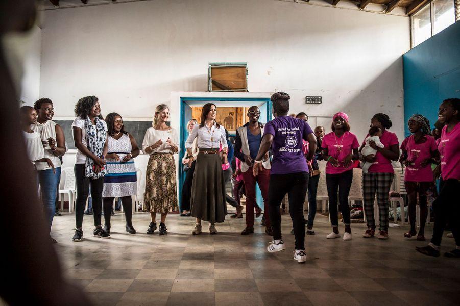 La princesse Mary de Danemark avec Elizabeth Okumu à Nairobi, le 28 novembre 2018