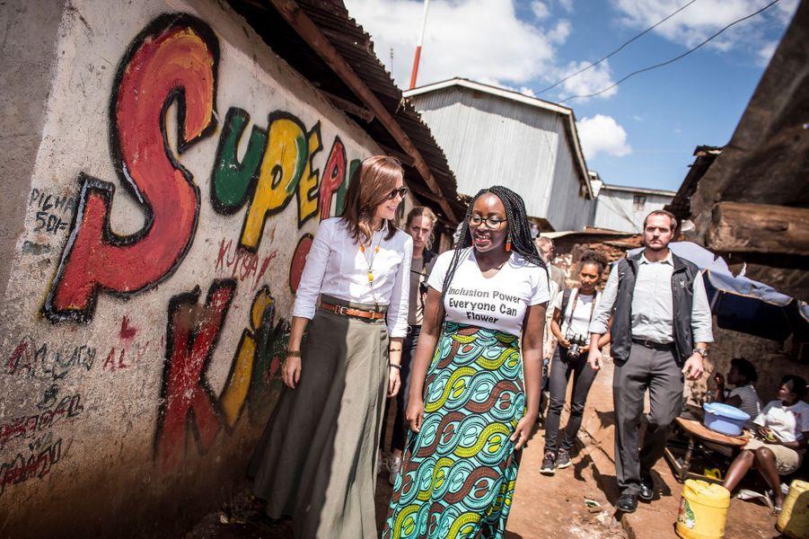 La princesse Mary de Danemark avec Maria Omare dans le bidonville de Kibera à Nairobi, le 28 novembre 2018