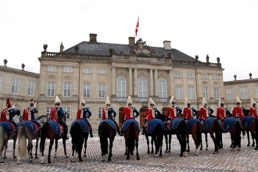 Cavaliers escortant la reine Margrethe II de Danemark à Copenhague, le 6 janvier 2016