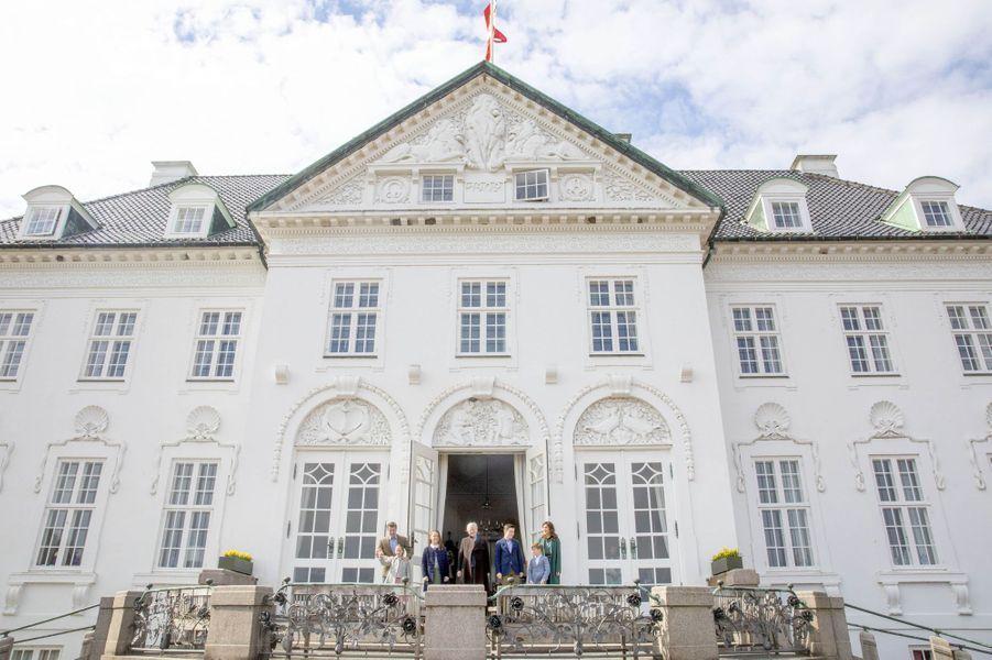 La famille royale de Danemark sur le perron de son château de Marselisborg à Aarhus, le 16 avril 2019