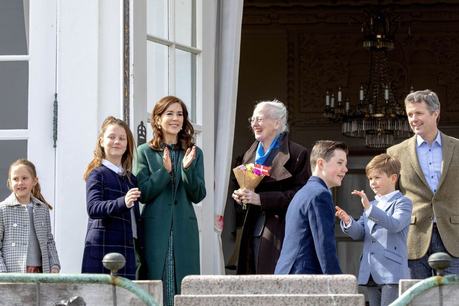 La reine Margrethe II de Danemark avec la princesse Mary, le prince Frederik et leurs enfants à Aarhus, le 16 avril 2019