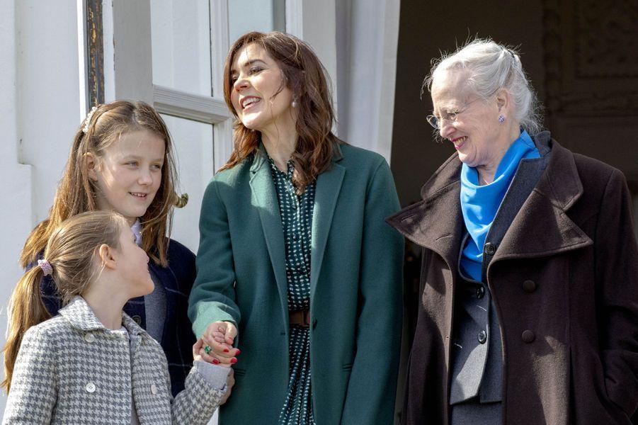 La princesse Mary et la reine Margrethe II de Danemark avec la princesse Isabella et le prince Vincent à Aarhus, le 16 avril 2019