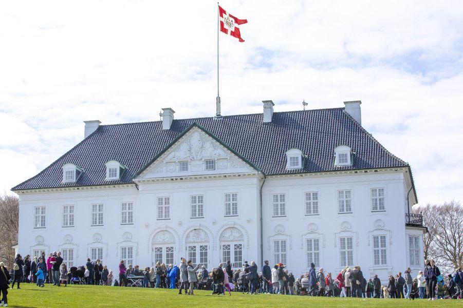 La foule devant le château de Marselisborg à Aarhus, le 16 avril 2019