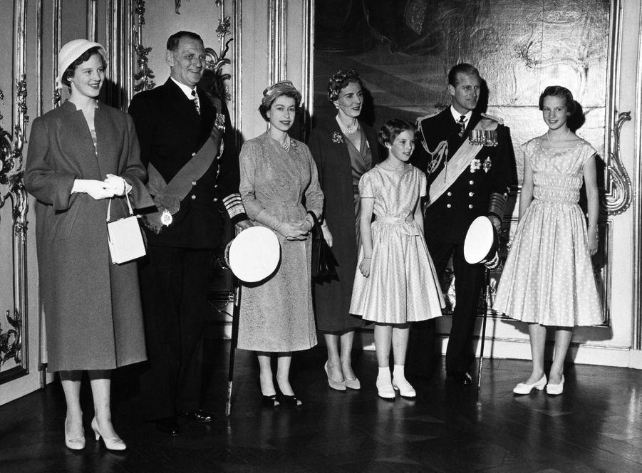 La princesse Margrethe de Danemark avec ses parents, ses soeurs, la reine Elizabeth II et le prince Philip, le 21 mai 1957