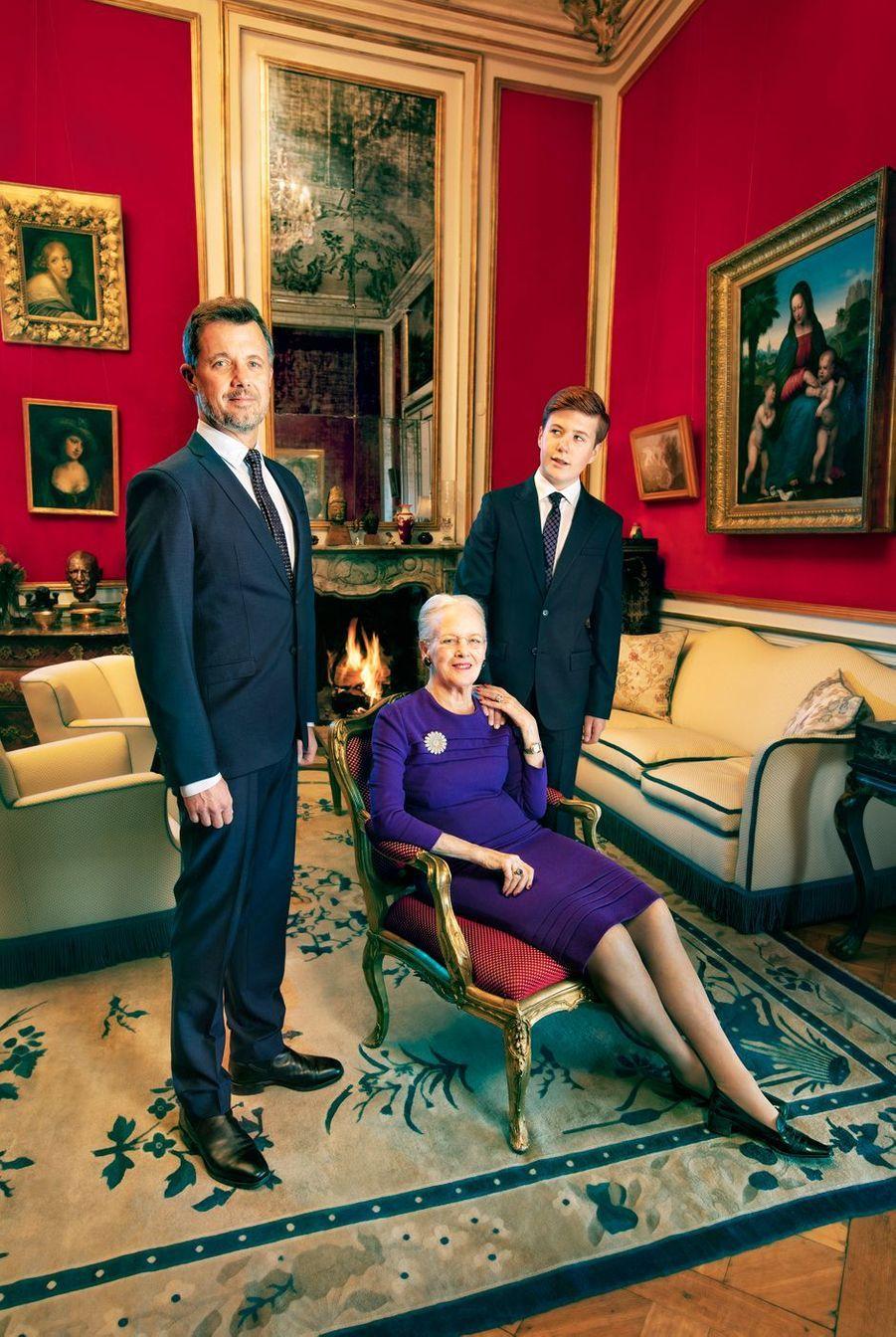 Nouveau portrait officiel de la reine Margrethe II de Danemark, pour ses 80 ans, avec ses héritiers, son fils le prince Frederik et son petit-fils le prince Christian. Photo diffusée le 14 avril 2020