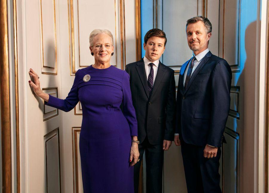 Nouveau portrait officiel de la reine Margrethe II de Danemark, pour son 80e anniversaire, avec ses héritiers les princes Frederik et Christian. Photo diffusée le 14 avril 2020