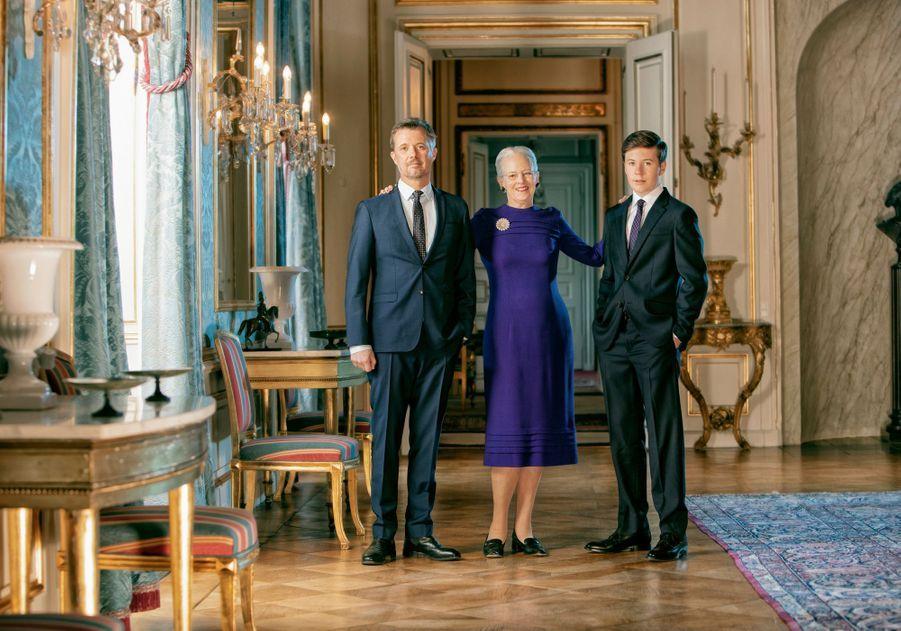 Nouveau portrait officiel de la reine Margrethe II de Danemark, pour ses 80 ans, avec ses héritiers les princes Frederik et Christian. Photo diffusée le 14 avril 2020