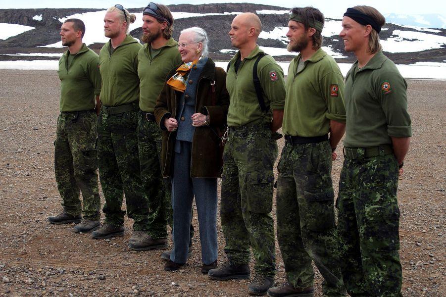 La reine Margrethe II de Danemark avec les patrouilleurs Sirius à Ittoqqortoormiit, le 9 juillet 2015