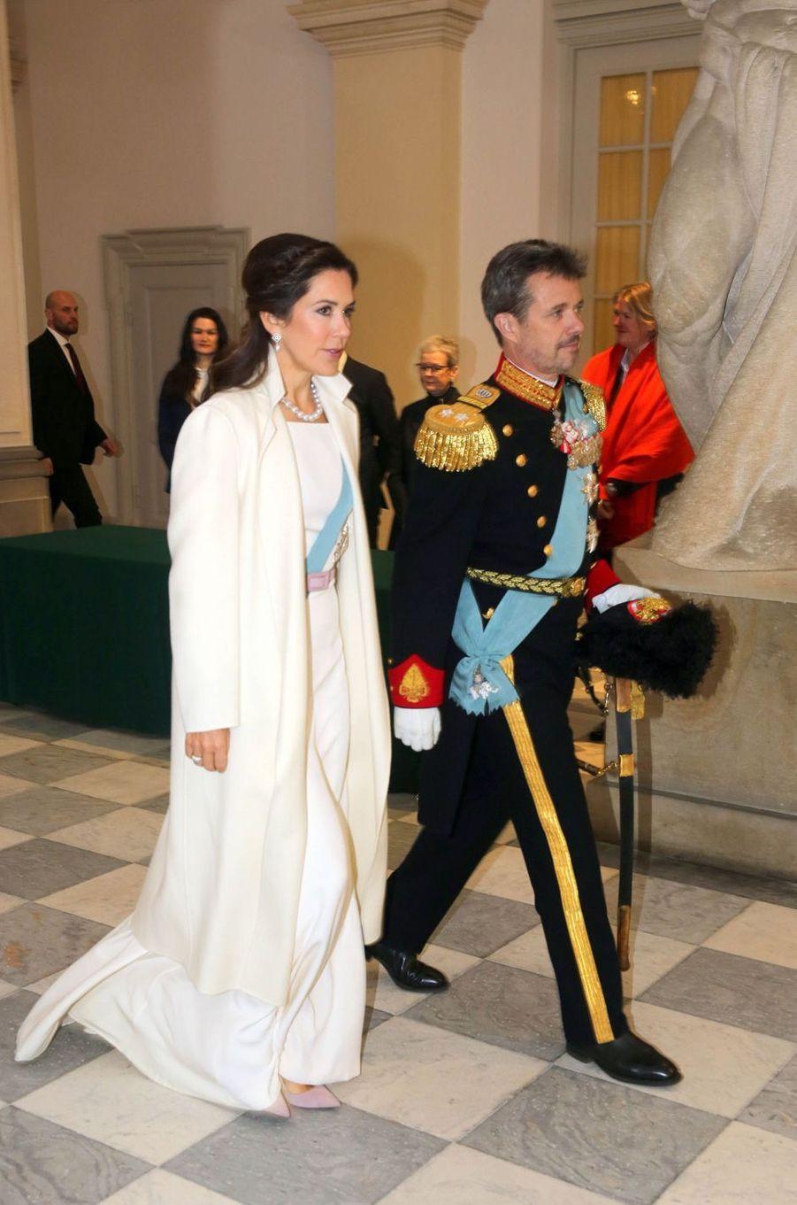 La princesse Mary, en blanc, et le prince héritier Frederik de Danemark à Copenhague, le 2 janvier 2019