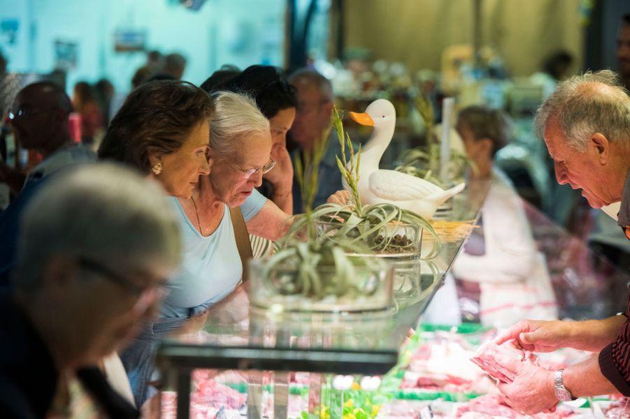 La reine Margrethe II de Danemark fait son marché à Cahors, le 16 août 2018