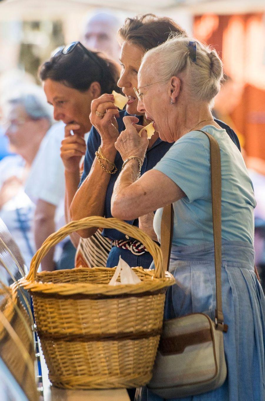 La reine Margrethe II de Danemark à Cahors sur un marché, le 16 août 2018