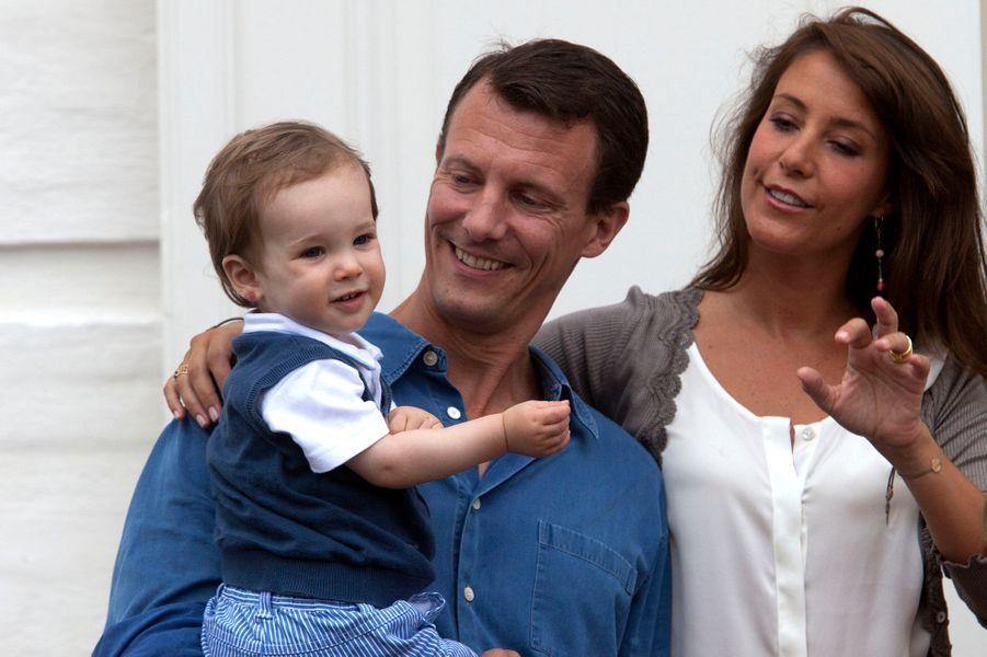 Le prince Henrik de Danemark avec ses parents, le 28 juillet 2010