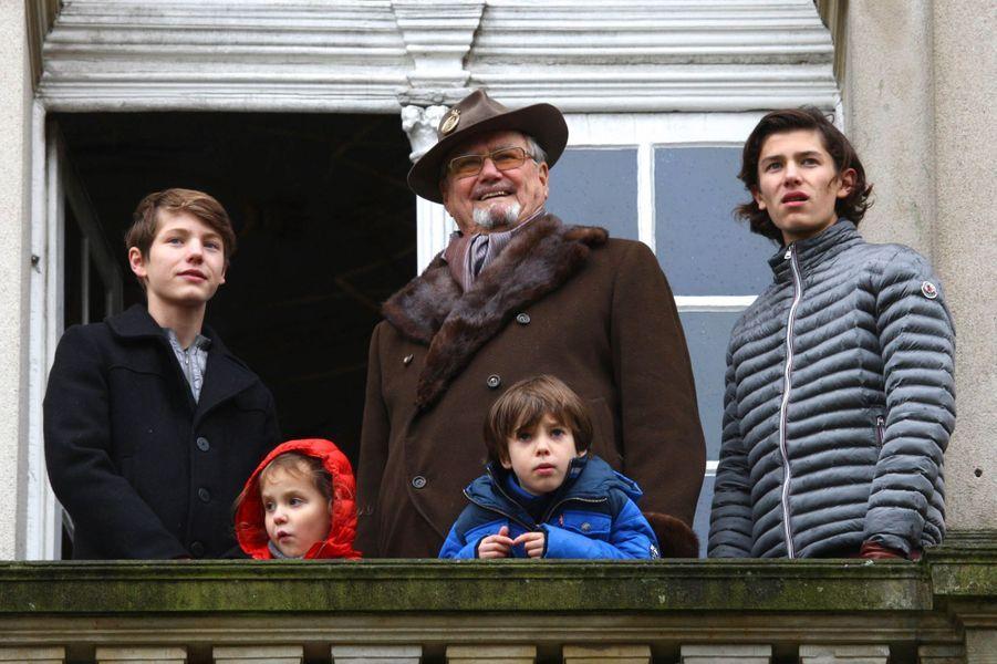 Le prince Henrik de Danemark avec ses demi-frères, sa soeur et leur grand-père, le 6 novembre 2016