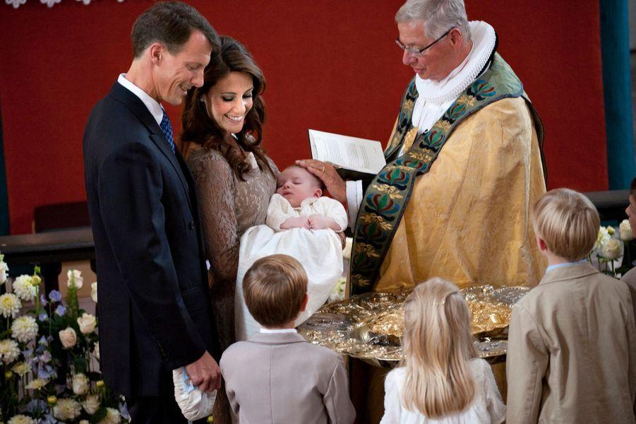 Le prince Henrik de Danemark avec ses parents le jour de son baptême, le 26 juillet 2009