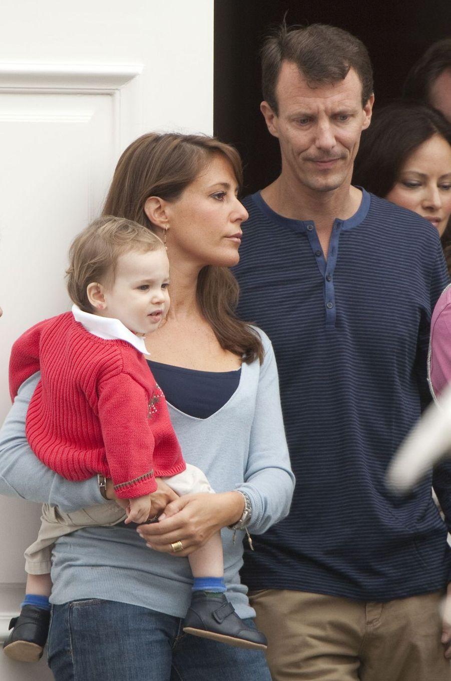 Le prince Henrik de Danemark avec ses parents, le 31 juillet 2010