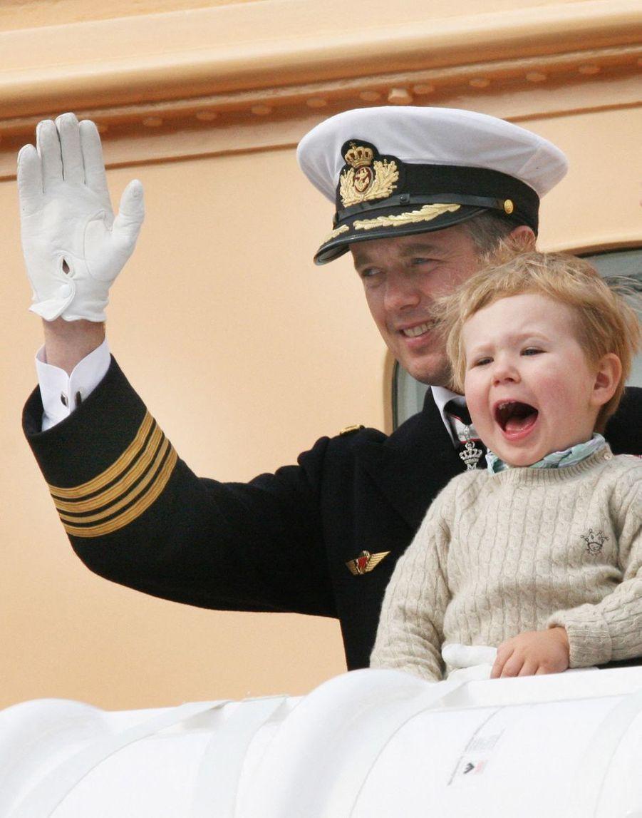 Le prince Christian de Danemark avec son père le prince Frederik, le 19 juin 2008