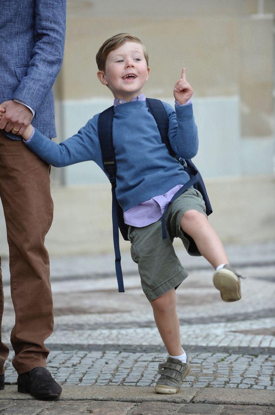 Le prince Christian de Danemark, le 12 août 2011 pour son premier jour d'école