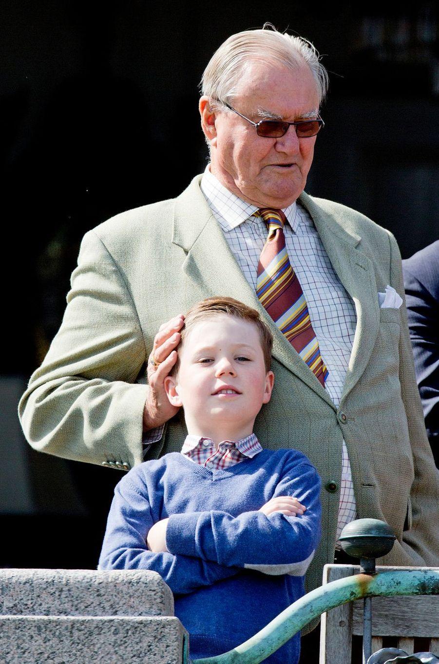 Le prince Christian de Danemark avec son grand-père le prince consort Henrik, le 16 avril 2014