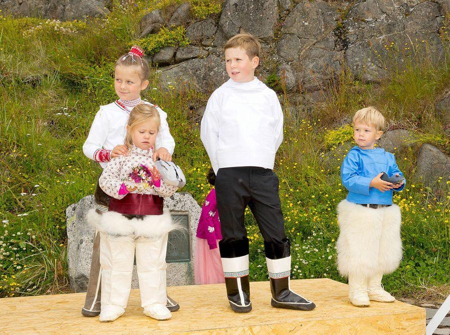 Le prince Christian de Danemark avec ses soeurs et son frères au Groenland, le 3 août 2014