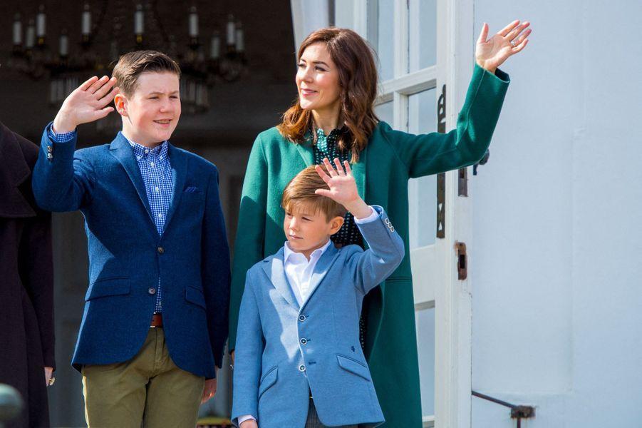 Le prince Christian de Danemark avec sa mère la princesse Mary et son petit frère le prince Vincent, le 16 avril 2019