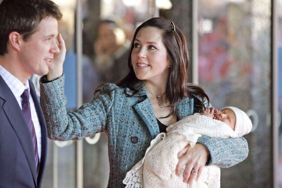 Le prince Christian de Danemark avec ses parents la princesse Mary et le prince Frederik, le 18 octobre 2005