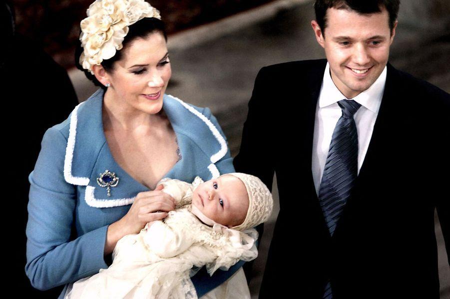 Le prince Christian de Danemark avec ses parents, le 21 janvier 2006, jour de son baptême