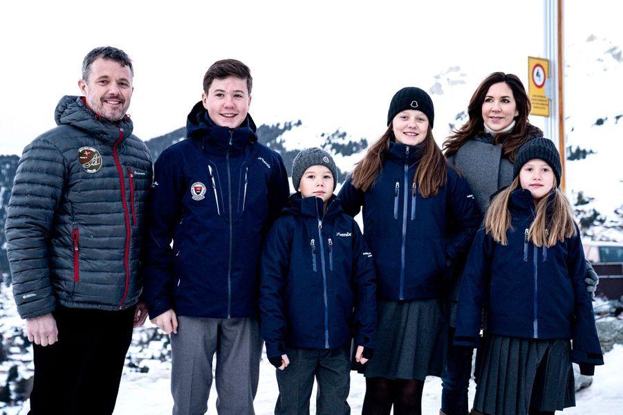 Le prince Christian de Danemark avec ses parents, ses soeurs et son frère à Verbier en Suisse, le 6 janvier 2020
